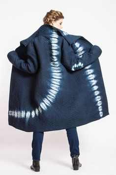I'll never get tired of Japanese shibori. I like how the print is big and bold compared to the chunky navy blue. Tye Dye, Moda Retro, Shibori Tie Dye, Japanese Textiles, Indigo Dye, How To Dye Fabric, Mode Inspiration, Coats For Women, Womens Fashion