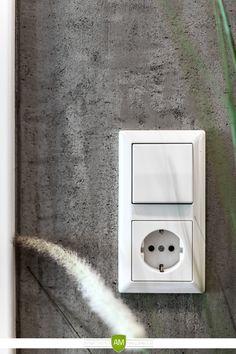 Die aufwendig gestaltete Wand in Betonoptik empfängt Sie jedes Mal beim Betreten der Wohnung.