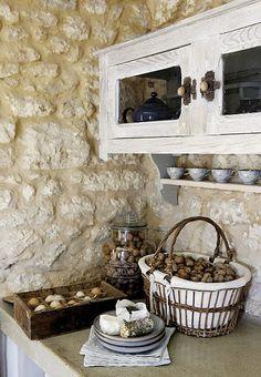 Mur en pierres apparentes, esprit campagnard, bois patiné...