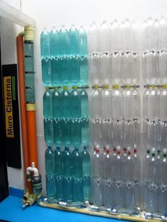 How to build a rainwater collection wall with plastic bottles. Take advantage of rainwater and recycle PET bottles. Read more in La Bioguía. Earthship, Plastik Recycling, Rain Barrel System, Eco Deco, Rainwater Harvesting System, Water From Air, Water Collection, Water Storage, Pet Bottle