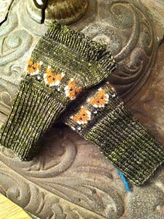 Ravelry ~ free pattern ~ Foxy Mittlets for Mama Foxes by Mervi Asikainen