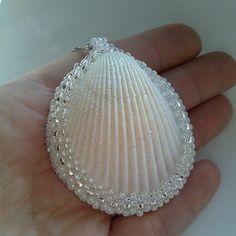 Blanco colgante de conchas. Cáscara cubierta con granos checos. Lado equivocado de la botonera de la piel. Cadena no incluida. Cáscara de las orillas del mar de Azov.