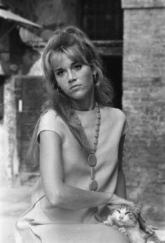 Venice Mostra Jane Fonda poses with a cat. Jane Fonda Barbarella, Jane Fonda Hairstyles, Divas, Cat People, Beautiful Actresses, Actors & Actresses, Hollywood Actresses, Alter, American Actress