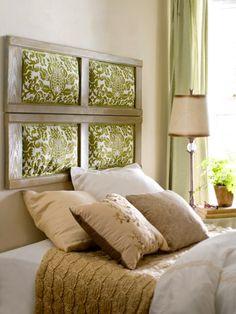 Cabecero de cama hecho con almohadones