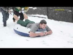 ▶ Oregon Football Players and the Snow. - YouTube