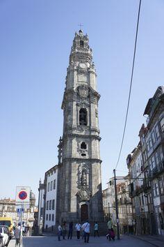 Igreja e Torre dos Clérigos/PORTO  Monumento de estilo Barroco que se tornou o ex-libris da cidade do Porto . É a torre mais alta de Portugal, com seis andares e 225 degraus. Mede 76 metros de altura e a sua construção iniciou-se em 1754 e foi concluída em 1763 sob a direcção do arquitecto italiano Nicolau Nasoni.  Do alto da Torre vislumbra-se quase toda a cidade do Porto e do Rio Douro até à Foz.