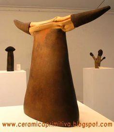 TORO (Mario Carvajal) Cerámica negra y madera de Chañar