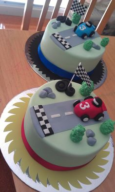 Boys racing car cakes (for twins) cake-ideas foodstuff-i-love food-and-recipies Fondant Cake Tutorial, Fondant Cakes, Cupcake Cakes, Fondant Rose, Fondant Baby, 3d Cakes, Fondant Flowers, Fondant Figures, Car Cakes For Boys