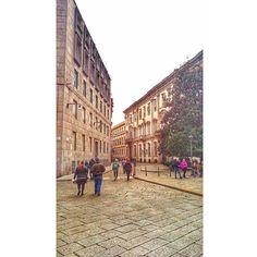 O antigo se encontra com o moderno: Bem vindo a Brera! O bairro Brera é um dos bairros mais charmosos de Milão. Nele você encontra o Castelo Sforzesco, a Pinacoteca de Brera famosa pelas obras de arte e vários barzinhos e cafés diferentes. Adicione a mistura do antigo com o moderno em uma mesma rua e você terá Brera como referência #piacereitalia #milano #milan #brera #italia #italy