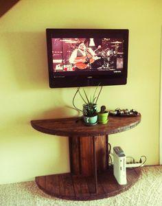 Ideias – Carretel de madeira. Quanta coisas lindas, que criatividade fonte-https://www.facebook.com/IdeiasPersonaliadas/?fref=ts