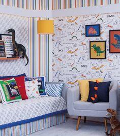 Desenhos e crianças são uma combinação perfeita na decoração. E o papel de parede com desenhos de dinossauro da Bobinex é outra ótima opção para decorar o quarto com o tema. Com detalhes em diversas cores, combina também quando usado com outras estampas, criando um ambiente descontraído e divertido.