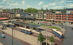 """Het Stationsplein. """"Gezelliger dan het nieuwe kille station van heden"""".  Restaurant met het terras iets rechts van het midden op de foto Carnegie."""