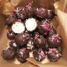 Bountykugler uden sukker. De er farligt lækre #lchf #bountykugler #ravfoodslik #sukkerfri #juludensukker #saladedefleurs