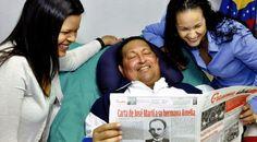 """El presidente de Venezuela, Hugo Chávez, con sus hijas. Primera foto firme desde que está en La Habana.  Nota de Daniel Lozano para """"El mundo""""."""