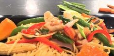 Εύκολη και γρήγορη συνταγή με νουντλς, γαρίδες και σάλτσα λαχανικών