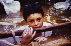 Colombia. 1985. El volcán Nevado del Ruiz, cercano al pueblo de Armero, se puso en erupción cobrándose muchísimas vidas. Omayra Sánchez era una de ellas.   La niña agonizó durante tres días en el fango, rodeada de lo que antes fue su casa y los cadáveres de sus familiares.     Fue el fotógrafo Frank Fournier quien plasmó la agonía de la niña, que soporto con bravura los tres días de agonía.