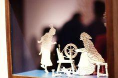 Blackwell faz esculturas em livros, cortando suas páginas. Escolhendo livros de folclore e contos de fadas, seu trabalho é lindo e delicado, que ela chama de livros-escultura.