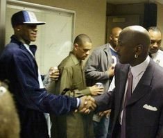 Highschool student LeBron James shaking hands with Michael Jordan during a visit to Lebron's school. You can tell Jordan is impressed. Houston Basketball, High School Basketball, Basketball Players, Basketball Funny, Jordan Basketball, Girls Basketball, Basketball Legends, Basketball Court, Basketball Photos