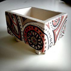 La tecnica a lastre si presta particolarmente per la costruzione di piccole scatole in ceramica. Con i ragazzi del laboratorio di ceramica abbiamo realizzato queste preziose scatole, dipinte e decorate con engobbi e successivamente invetriate con vetrina trasparente.