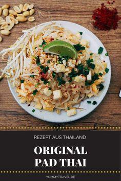 Kein Besuch in Thailand ohne eine Portion Pad Thai am Straßenrand. Mit meinem Rezept aus Bangkok holst du dir den Genuss aber ganz einfach nach Hause. Leckere Nudeln, werden mit Tofu und Gemüse angebraten. Die Zutaten für dieses einfache Rezept gibt es im Asialaden. Reisnudeln | Street Food | Garküche Rezept | Einfaches Rezept | Schnelles Rezept | Thai Küche | Thai Essen | Essen Rezepte | Abendessen | herzhaft | Mittagessen