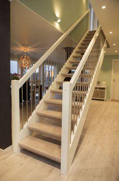 MELBY Valhall // Rett trapp med åpne trinn. Stålspiler i rekkverk, trinn i eik, resten i hvitmalt furu. Stairways, Floor Plans, Flooring, Interior Design, Architecture, Decorations, Home Decor, Red, Stairs