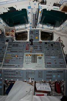 Flight Deck of the Space Shuttle Discovery photos --=-- Space Shuttle Interior, Air Space, Space Kids, Nasa Space Program, Space Planets, Space Museum, Space Center, Space Images, Flight Deck