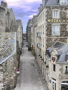 I never found the streets of the old part of St. Malo to be this empty. Oh! On the right there is my favourite hotel. Perfect view of the ocean and wall.. Or in my case, the Irish pubs