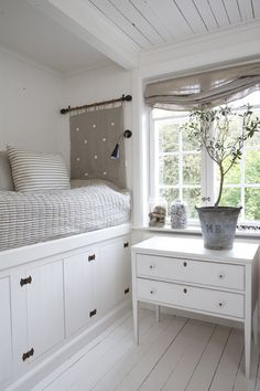 Colocar la cama sobre el sistema de almacenaje. Preciosa decoración minimalista, ideal para una habitación juvenil.
