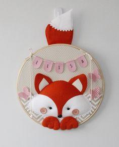 Enfeite para porta de maternidade em bastidor com tema de Raposa. Pode ser feito nas cores e estampas que preferir.  Confeccionado em feltro e tecido 100% algodão.  Medida: cerca de 30 cm de diâmetro Felt Kids, Felt Baby, Fox Crafts, Baby Crafts, Fox Decor, Baby Decor, Felt Garland, Felt Ornaments, Baby Mobile Felt
