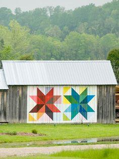 motifs géométriques de patchwork peints sur une grange