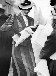 News in London - 1938 - Suit by Busvine - Hat by Le Monier - Harper's Bazaar - Photo by Norman Parkinson