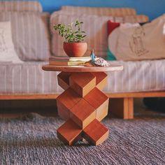 Aprenda a fazer uma mesinha usando 14 cubos de madeira, super fácil, sem parafusos e muito resistente! Woodworking Techniques, Woodworking Projects Diy, Diy Wood Projects, Wood Crafts, Woodworking Wood, Popular Woodworking, Wood Projects For Beginners, Japanese Woodworking, Unique Woodworking