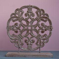 Een exclusieve eye-catcher! Dit decoratieve ornament zal op uw vensterbank ook van buitenaf de aandacht trekken maar ook op een dressoir zal het uitstekend tot z'n recht komen.