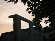Ce+bâtiment+en+ruine+depuis+au+moins+4+ans+:+(je+me+souviens+de+l'avoir+pris+en+photo+du+temps+du+comité+de+soutien),+m'impressionne+toujours+autant,+surtout+le+matin+tôt.  Se+souvenir+que+ce+mardi+fut+grâce+à+Fred+celui+d'une+bonne+soirée+:+Marie-Hélène,+Sorj+et+Yannick+et+puis+David+et+sa+famille+aussi.  [mardi+13+octobre+2009,+rue+Valiton,+Clichy]+|+gilda_f