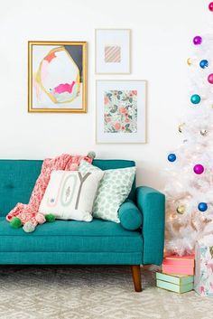 How To Decorate Your Living Room For Christmas | http://dreamgreendiy.com + /dhpfurniture/