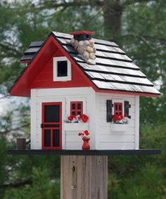 realistisch gestaltetes Haus in Rot und Weiß