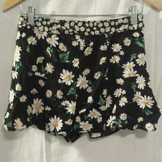 Forever 21 Medium Flowy Daisy Shorts This is a very pretty pair of shorts from Forever 21 that is black with white daisies all over them.  They zip on the side and are very flowy. These are size medium. #forever21 #flowyshorts #flowy #flowers #daisy #medium #shorts Forever 21 Shorts