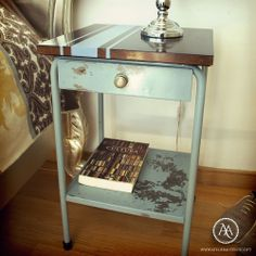 "Uma bonita mesa de cabeceira de estilo industrial. O tampo em madeira tem um detalhe ""Classic Racing Stipes"" em azul // This handsome industrial style night stand comes with a wooden table top, which has been updated with classic blue racing stripes"