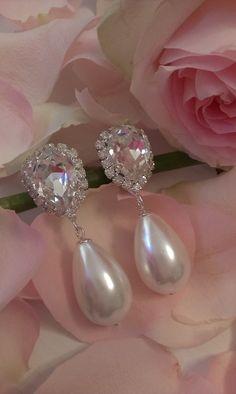 Σκουλαρίκια κρεμαστά για νυφικές και βραδυνές εμφανίσεις,  #νυφικά_σκουλαρίκια #βραδυνά_σκουλαρίκια #greekfashion #greekjewerly Wedding Earrings, Pearl Earrings, Bride, Pearls, Swarovski, Jewelry, Dress, Products, Fashion