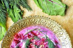 Składniki: 2 pęczki botwinki 1 cebulka 3 ząbki czosnku 1/2 pęczka koperku sok z cytryny lub ocet śliwkowy/jabłkowy (2 łyżeczki) bulion warzywny (marchewka, pietruszka,kawałek pora zielę …