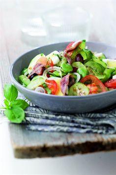 Salade niçoise - Une salade pleine de fraicheur que vous pouvez faire avec du thon en boite, du thon frais snacké ou même du saumon snacké ! Avec ou sans haricots verts, avec ou sans anchois !  Si vous avez des petits pains, vous pouvez les garnir de cette salade et ça vous fera de délicieux pan bagnat !