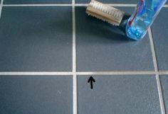 Fliesenfugen mit Spülmaschinen-Klarspüler reinigen