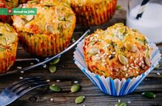 Slané muffiny ze špenátu, cukety a sýru feta mohou být báječným předkrmem. Nebo dobrou lehkou večeří, jak budete sami ch Cute Food, Good Food, Yummy Food, Tasty, Cooking Recipes, Healthy Recipes, Salmon Burgers, Muffins, Food And Drink