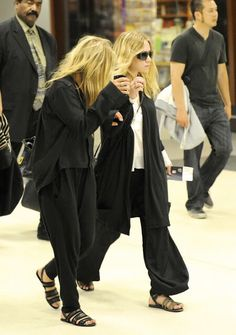 Mary-Kate and Ashley Olsen in relaxed airport looks. #olsentwins #style #fashion