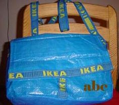 Messenger Bag aus großer, blauer Ikeatüte