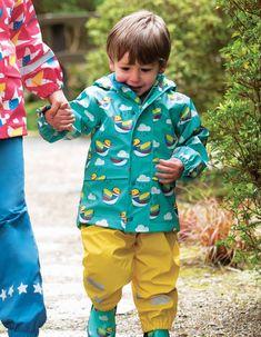 Această geacă  de ploaie Frugi este fabricată din 100% Polyester reciclat.  Jacheta este 100% impermeabilă, are cusături sudate, buzunare antiploaie, iar pe interior este căptușită cu fleece. Haina de ploaie  are printuri reflectorizante.  Mărimi disponibile   de la 1-2 ani până la 3-4 ani Mandarin Duck, Thing 1, Interior, Style, Fashion, Swag, Moda, Indoor, Fashion Styles