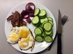 Dokřupava opečená neuzená slanina, smažená vejce, okurky a kvašená červená řepa s cibulí