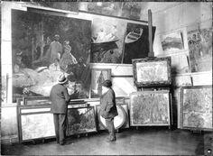 """Monet dans son atelier avec le duc de Trévise devant la partie centrale du """"Déjeuner sur l'herbe"""", en 1920."""