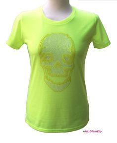 Ultra feines T-Shirt in leuchtendem neongrün mit großem dekorativen Totenkopf aus Metallnieten und exklusiven Neonhalbperlen mit 3D- Effekt. Das S...