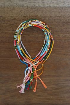Je n'ai pas trop compris l'histoire avec le code morse mais porté à plusieurs, ces bracelets ravissent le poignet !!!